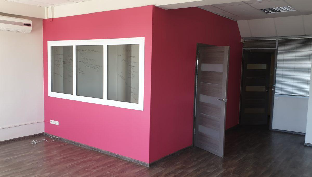 В больших кабинетов есть отдельные помещения для руководителей отделов.