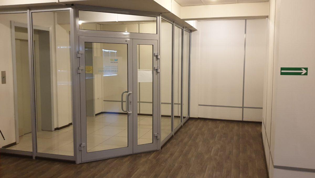 Лифтовая при входе. Есть возможность установить контроль доступа.